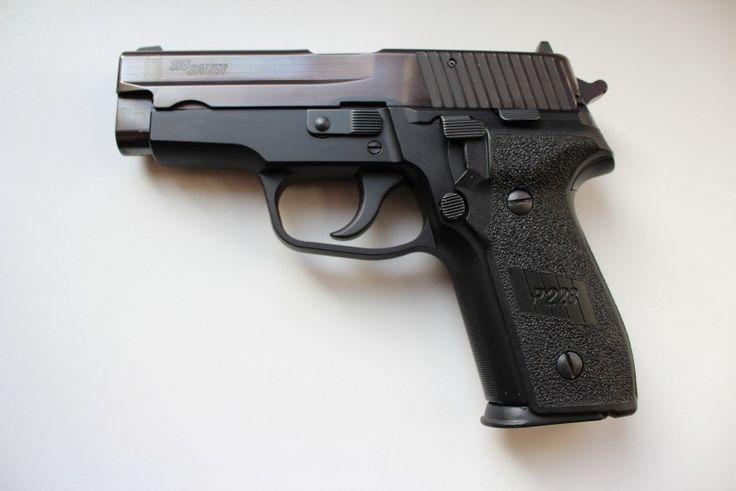 SIG P228 - Prodám výše uvedenou pistoli. Vyrobena v 90tých letech, pochází z německých policejních skladů. Pistole je minimálně střílená a v celkově velmi dobrém stavu. Má jednu estetickou vadu a to mírně matný vývrt v polích u komory zřejmě vlivem špatného skladování - na funkci zbraně nebo přesnost střelby nemá vliv. Ke zbrani jsou dva zásobníky. ZP+NP.https://s3.eu-central-1.amazonaws.com/data.huntingbazar.com/10415-sig-p228-pistole.jpg
