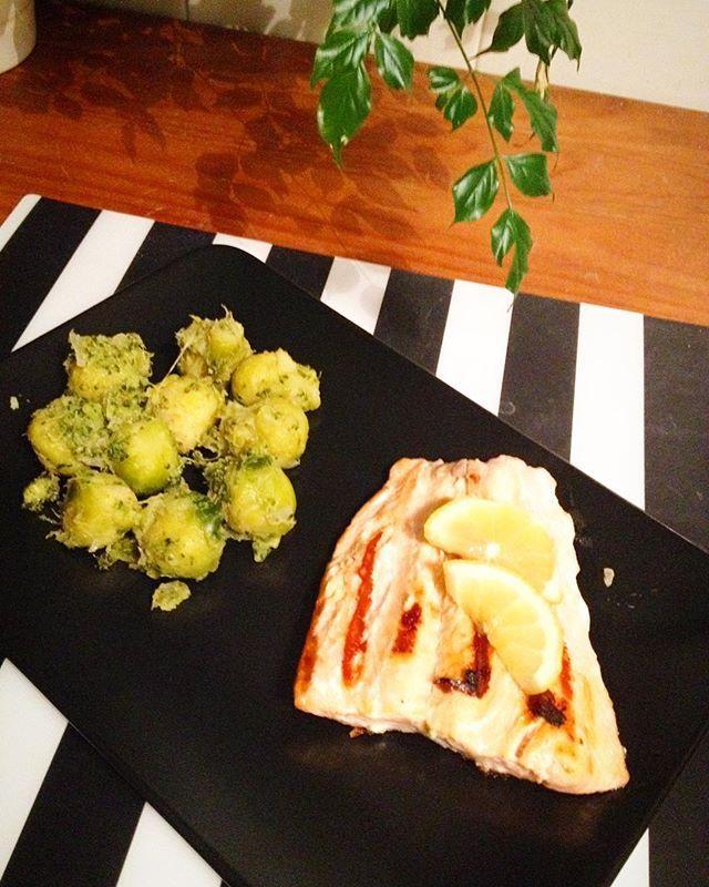 Happy Fit Meal Time  lombo de salmão grelhado  com couves de Bruxelas salteadas em óleo de coco, cebola, alho e mel  divinal ❤️ #abs #treinomonstro #sersaudavel #dedication #fit #fitdiva #fitmeal #health #motivacao #morivacaofit #nopainnogain #receitasfit #refeicaosaudavel #foconadieta #mealprep