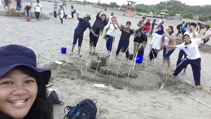 """Coastal Art Instalation + Space Project"" Me: ketika para kuli gambar 2 kampus bersatu menguras air Parangtritis. Sat, April 11th 2015 - Parangtritis"