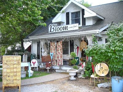 ChiPPy! - SHaBBy!: BeSt-Ever SHaBBies **Sisters' Garden & Bloom** Kalona, Iowa...great shop exterior