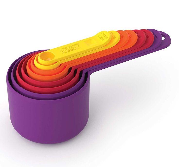 Set de 8 cucharas y tazas medidoras compactas, graduadas tanto en mililitros como en teaspoon y encups.  Son ideales para usar en repostería, puesto que muchas recetas aparecen en cucharadas (teaspoon) y en tazas (cups) y sus diferentes tamaños permiten mediciones de 1 cucharadita (1,25 ml) hasta 1 taza (250 ml). Estas 8cucharas y tazas compactascomprenden una gama única de básicos de cocina para la medición de alimentos. Su diseño innovador permite que los elementos individualesse ...