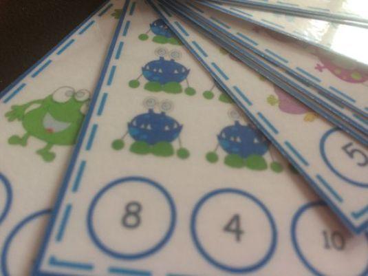 Ma egy újabb végtelenül egyszerű letölthető anyagot hoztam. Összesen 10 kártya nyomtatható mindegyiken vidám, színes szörnyek 1-től 10-ig. A feladat nagyon egyszerű… meg kell számolni a szörn…