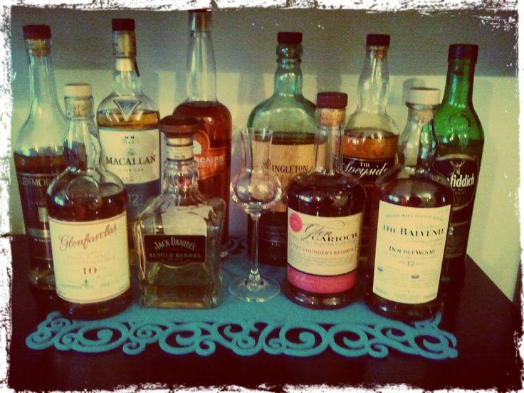 Tak zaczęła się rodzić idea pierwszego barku i na przestrzeni kolejnych miesięcy ewaluowała do sporych rozmiarów. Obecnie to 11 butelek o szerokiej palecie zapachowo-smakowej i właśnie te alkohole starzone oraz kolejne jakie pojawią się w tej kolekcji będą tematem tego bloga.