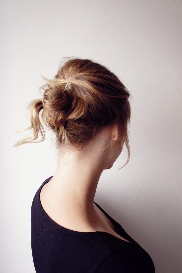 Eenvoudig je haar opsteken met een poef! Schuifspeldjes en een kam zijn de enige dingen die je nodig hebt. :-)