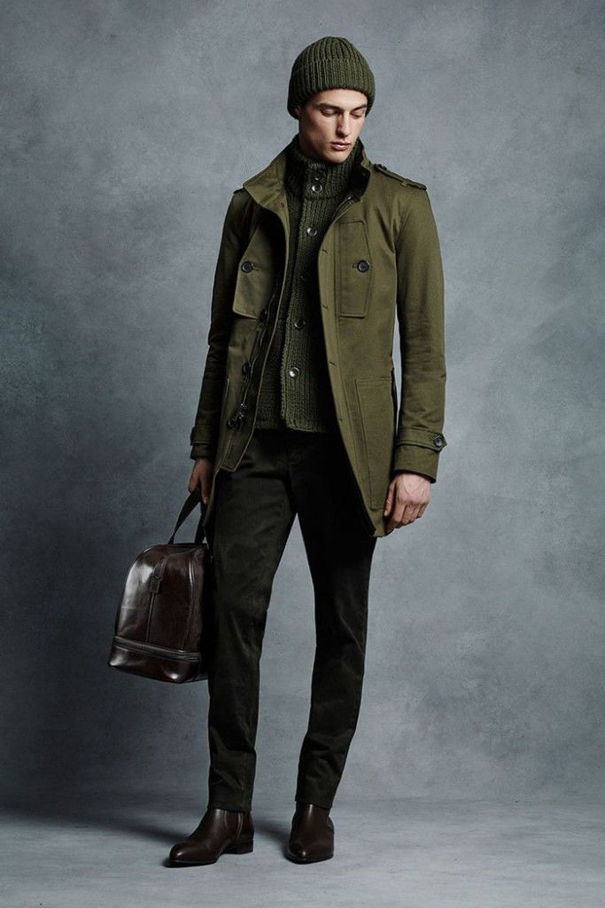 As jaquetas com bolso laterais e nos tons de exército são as principais modas da moda militar masculina.