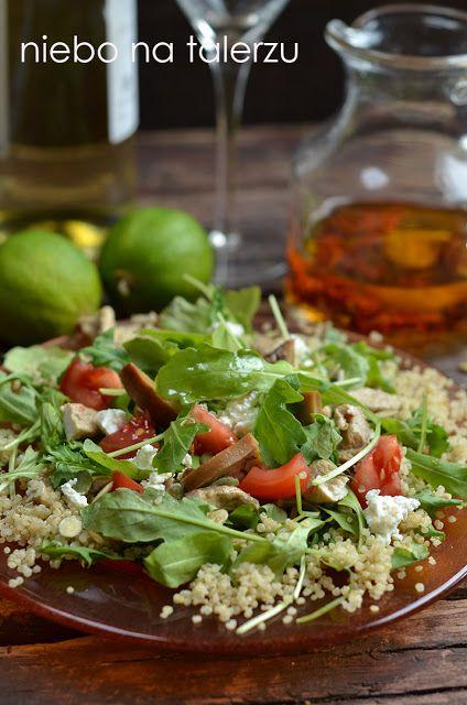niebo na talerzu: Sałatka z rukoli z kurczakiem, pieczarkami, komosą ryżową i kozim serem