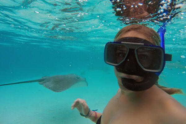 Waaaaatt..?! Hoor ik je denken! Zwemmen met haaien en pijlstaartroggen? Ik ben toch niet gek! Dat dacht ik ook. Maar op Moorea is alles anders ;)