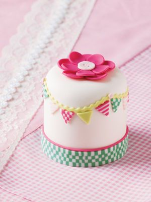 How to create this adorable Mini Cake from Michaels! Would be time consuming to make the checkered bands but darn they are cute!