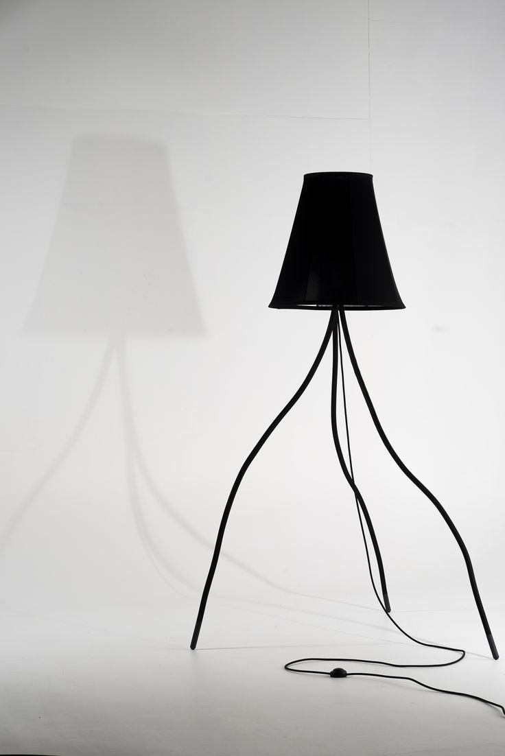 Lampe DADA, de plus de 2 mètres. Les pieds s'articulent à souhait !