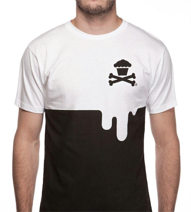 [TOTD] Drip Crossbones by Johnny Cupcakes Bien fun le dernier t-shirt de Johnny Cupcakes ! Pour ce nouveau release, la marque de Boston a imaginé un aspect « pot de peinture dégoulinant » qui met parfaitement en valeur son emblème : le fameux Cupcake Crossbones. Un nouveau TOTD que les fans devraient encore une fois apprécier… http://www.grafitee.fr/tee-shirt/drip-crossbones-johnny-cupcakes/ #TOTD #fun #drip #Tshirt #USA #JohnnyCupcakes