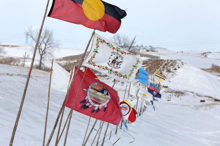 Varias tribus protestan contra la construcción del oleoducto de Dakota del Norte.  http://www.huffingtonpost.es/2017/02/09/protesta-sioux-dakota_n_14662916.html?utm_hp_ref=spain