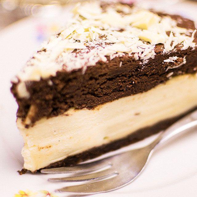 Rezept für einen Mousse au Chocolat Käsekuchen. Der Kuchen wird mit einem Keksboden, Käsefüllung mit zitronig, vanilliger Note und einem Schokotopping.