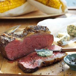 Rinderlende vom Grill mit Kräuterbutter und Maiskolben