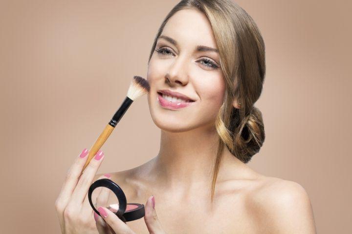 Cinci greşeli de makeup pe care o femeie stilată nu le face‼️ Nu coordonezi nuanţa fardului de obraz cu cea a rujului