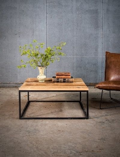 Vierkante salontafel op maat - Massieve oude eik - Zwart metalen onderstel - Ambachtelijk uit het eigen atelier - Square coffee table made to measure - Black metal support - Solid old oak - Original crafstmanship, straight from our own workshop - #WoonTheater