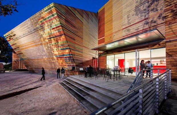 Inaugurado no final de 2012, o auditório temporário de Aquila, em Abruzzo, na Itália, é a mais nova criação do arquiteto Renzo Piano. É também o primeiro passo de um projeto de revitalização do centro histórico da cidade, iniciado após o terremoto que atingiu a região em 2009 e destruiu diversos edifícios culturais.