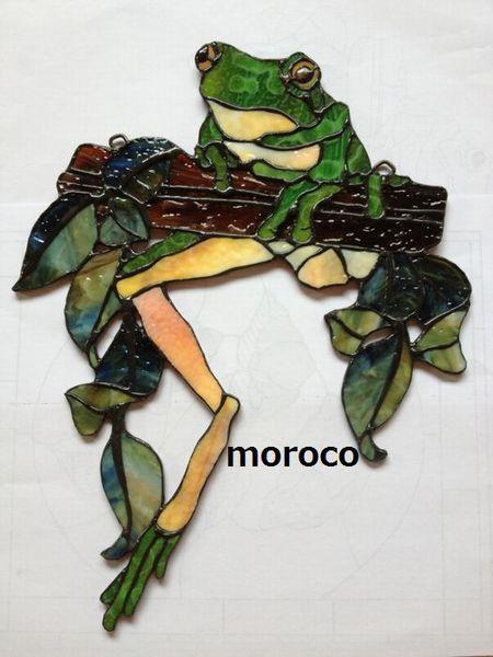 ステンドグラスで、私の好きなカエルを作ってみましたかえるさんのグリーンの処はヤカゲニーのガラスの裏を使って、リアルなカエル模様を表現しました。葉っぱ、枝はウロ...|ハンドメイド、手作り、手仕事品の通販・販売・購入ならCreema。