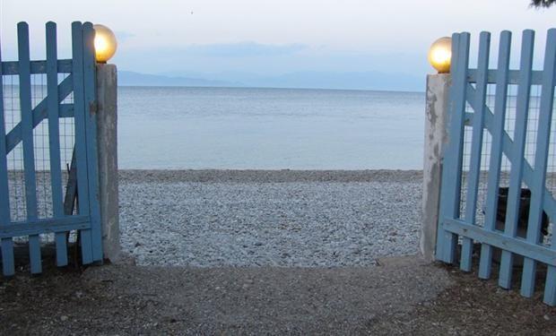 Akrata Beach Camping op ca. 60KM van Patras gelegen. Akrata Beach Camping direct aan zee gelegen op ca. 8 Km van Diakofton voor een bezoek aan Kalavryta. Akrata Beach Camping een uitstekende plaats voor het starten van of stoppen van uw vakantie in Griekenland. U wordt ontvangen door de familie Tzavellas die u van een gezellige Griekse familiaire sfeer laten genieten