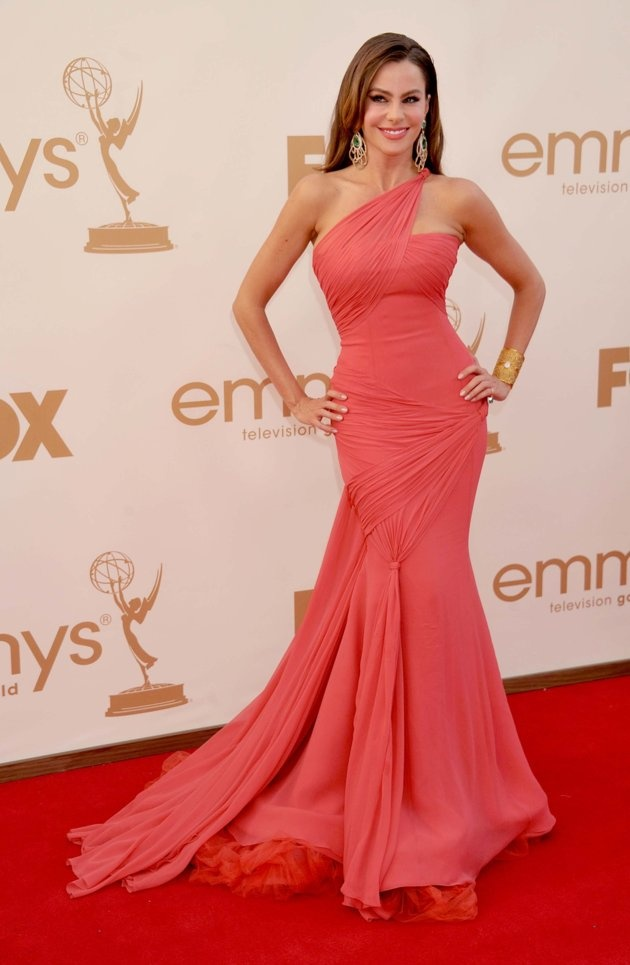 Sofia Vergara in Vera Wang. If this was a deep green, I would buy it in a heart beat.  Even in ivory as a wedding dress.