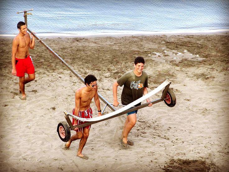 I #ragazzi più grandi danno una mano a trasportare il carrello per portare in #spiaggia altre barche. #ventotene #corsi #attività