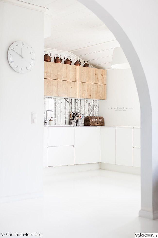 """Puunväriset kaapit ja koivutapetti välitilassa toimivat kauniina yksityiskohtina. Täällä asuu: """"saakurkistaa""""  #styleroom #inspiroivakoti #keittiö #välitila #koivutapetti"""