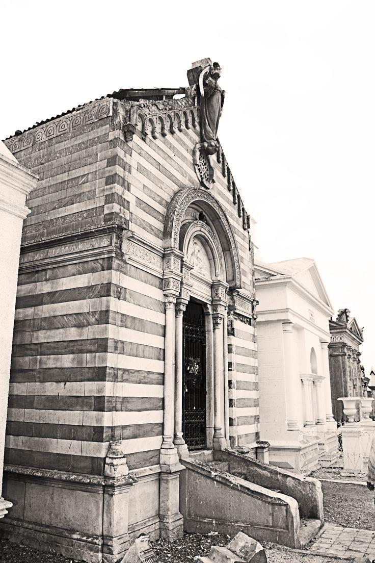 Mausoleo de la familia Pascal en el cementerio 1 de Iquique, Chile. Dañado en el terremoto del 1 de abril de 2014. Construido en 1902 por el profesor Luigi Orengo, escultor Genovés.
