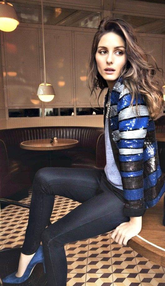 Jaqueta listrada e de paetês em look básico, azul e preto