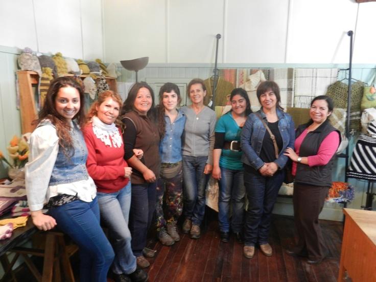 En la tienda de la Casona Cultural de Panguipulli, con organizadoras y artesanas