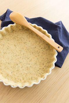 Pâte à tarte brisée vegan à l'huile d'olive et à l'origan 250g de farine de blé1/2 cuillère à café de sel2 cuillères à café d'origan séché2 cuillères à café de graines de sésame50ml d'huile d'olive100ml d'eau