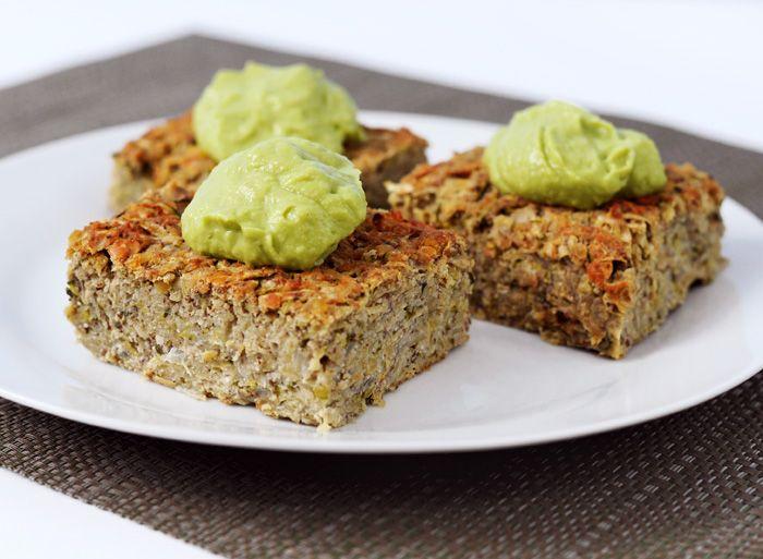 Weganie: Zapiekanka z czerwonej soczewicy i cukini z sosem z avocado