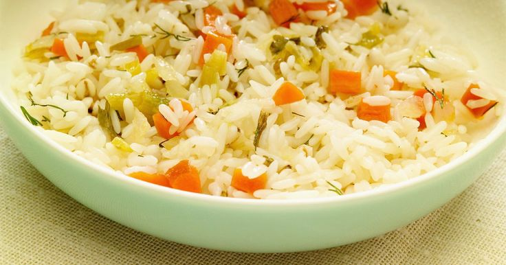 Cómo freir arroz . El arroz frito es un alimento básico en la cocina estadounidense-china. Puesto que puedes agregar cualquier cosa que te puedas imaginar, el arroz frito es ideal para la hacerlo en casa. Usa todos los restos de carne o verduras cocidas con este sencillo plato. El arroz frito por lo general se hace con arroz frío. A medida que el arroz se enfría, se ...