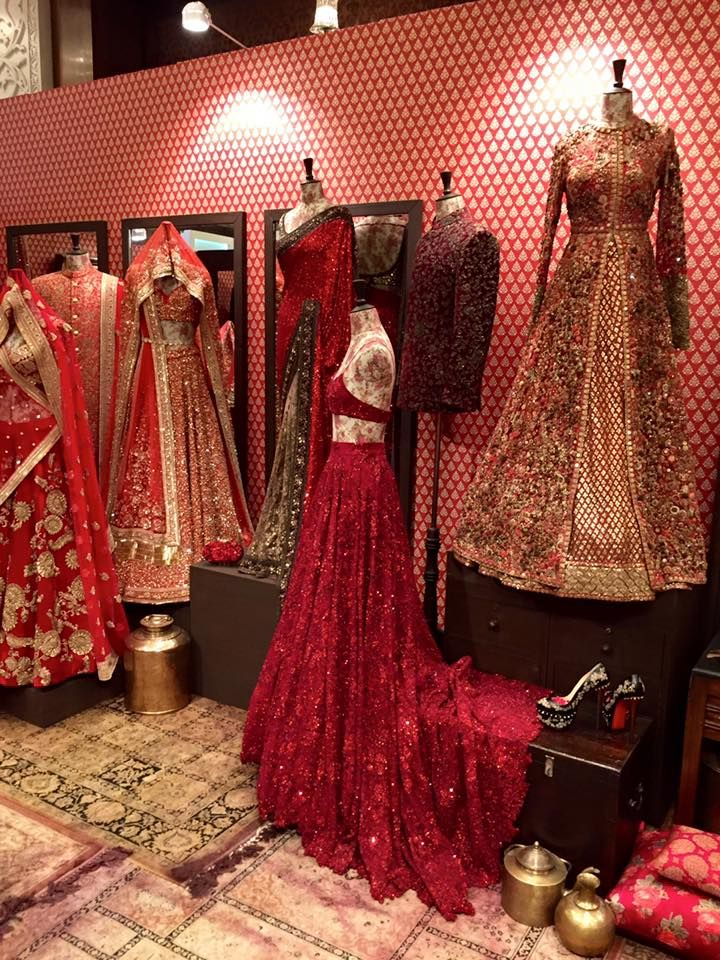 Missed the three day invite only extravaganza that was the Vogue Wedding Show? Well , fret not because we have for you guys the next best thing to an actual tour inside the show ! We took our camera's (well not our cameras, but the photography team of Camera Waale Baraati) inside the show to br