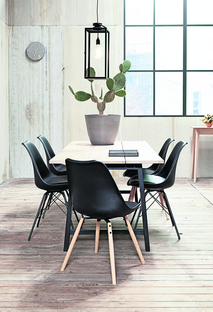 Masa de dining GADESKOV și scaunele KLARUP, un dining Industrial Modern.