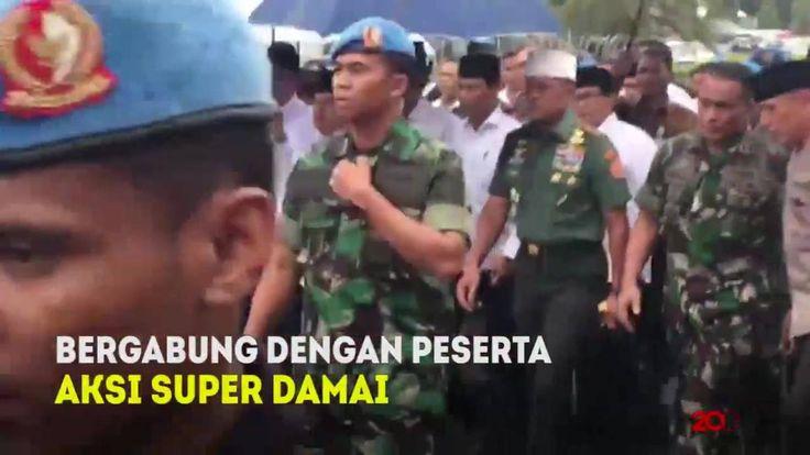 #KitaBisaDamai Presiden Joko Widodo dan Wakil Presiden Jusuf Kalla keluar Istana Kepresidenan menuju lokasi aksi Bela Islam III di Monas. Mereka berdua menerjang hujan untuk bisa bergabung salat Jumat berjamaah.