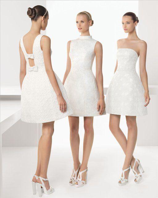 Para estar cómoda y fresca, con un vestido de 3 a 4 dedos sobre la rodilla o media pierna. En cuanto al color, el blanco acostumbra a ser un favorito, pero colores como el beige, hueso, crema y el marfil también lucen muy elegantes. Incluso puedes combinar el blanco con dorados, pasteles o tu color de preferencia. No queremos dejar de lado la opción de llevar un conjunto de falda o pantalón, que con una camisa sumamente elegante, logran la combinación perfecta para una boda civil.