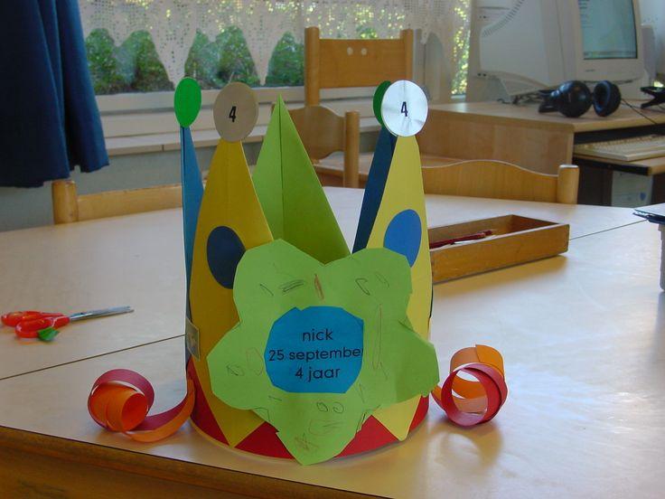Verjaardagskroon met bloem, punten gemaakt van vliegers