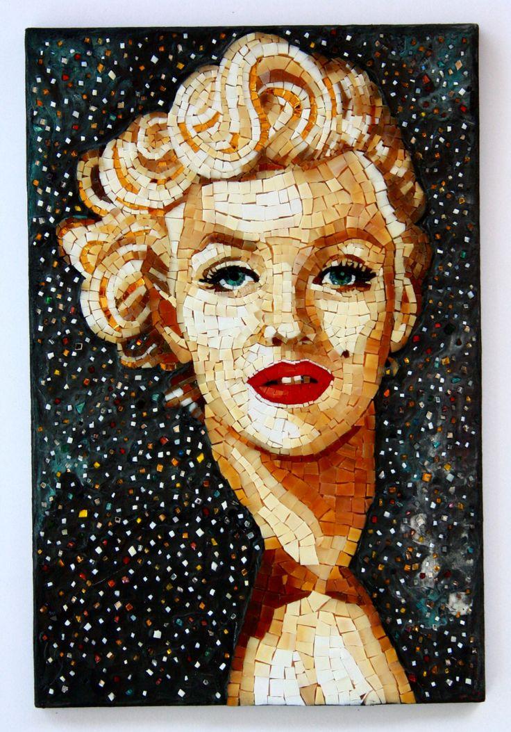 Miss Norma Jeane, mosaic by artist Elena Prosperi. Un preferito personale dal mio negozio Etsy https://www.etsy.com/it/listing/467338532/marilyn-monroe-norma-jeane-mosaico
