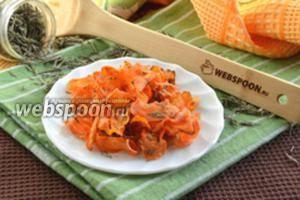 Морковные чипсы с розмарином в духовке