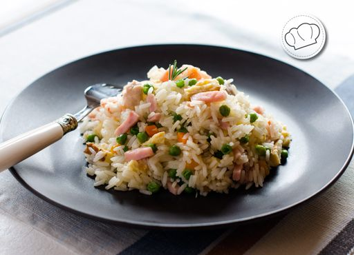 El típico arroz tres delicias, pero que a nosotros se nos quedan cortas y le ponemos cinco o seis. Te vale para salteado como para ensalada. Ojito para el verano que triunfas.