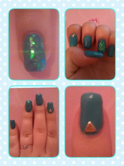 Uñas azul mar con cola de sirena tornasolada y tachuela de triángulo en color cobre