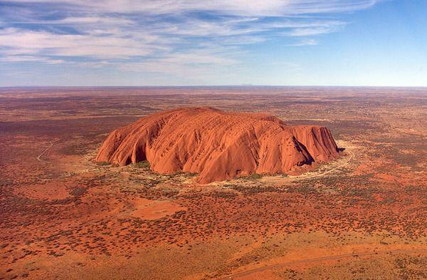 Uluru az itteni őslakos pitjantjatjara és yankunytjatjara törzsbeliek szent helye, akik úgy gondolják, hogy Uluru ad otthont az elhunyt ősöknek. Erősen ellenzik az Uluru megmászást, mert zavarja a szellemek vándorlását. Néhány beszámoló szerint átok száll azokra, akik kavicsot visznek haza innen. Számos esetben a kavicsokat hazavivők igyekeztek visszajuttatni gyűjteményüket valamilyen ügynökségeken keresztül, csak hogy megszabaduljanak balszerencséjüktől.
