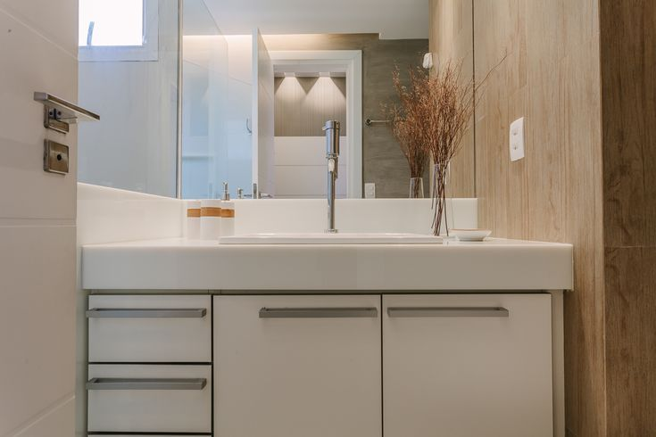 amenajare apartament baie mobilier modern alb