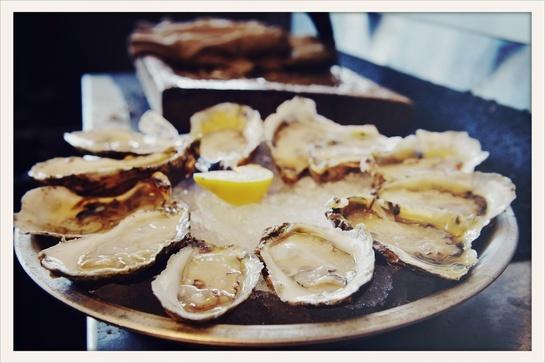 Bar à huîtres Quai NO85 au Marché Saint Martin http://www.vogue.fr/culture/le-guide-du-week-end/diaporama/le-guide-du-week-end-special-cantines-parisiennes-bio-et-saines/11260/image/660178#bar-a-huitres-quai-no85-au-marche-saint-martin