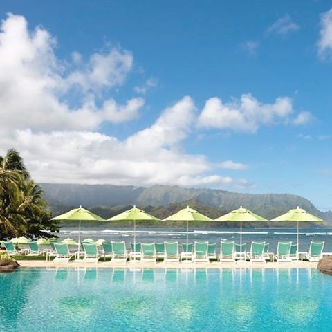 When all elements perfectly align..the pool & beach area at the St Regis Princeville Hawaii , located on the northern shores of Kauai. #tropical #islandlife #daypass #stregis #hawaii #poolside #infinitypool #golflife #pacific #beachlife #palmtrees #loungers #golfresort #lovegreen #luxurytravel pic by @stregishotels @stregiskauai