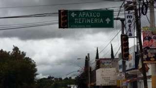 Image caption                                      En Atitalaquia hay enojo por las promesas incumplidas.                                Cuando se anunció el proyecto hubo alegría por todo el pueblo: Atitalaquia, Hidalgo, había sido elegido para construir la primera refinería mexicana en 30 años. Era el 14 de abril 2009. El entonces director de Petróleos Mexicanos (Pemex), Jesús Reyes Heroles, informó qu