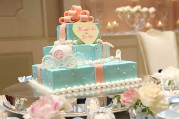 カラードレスと一緒のライトブルーのケーキ♡ガラスの靴とカボチャの馬車の食べれる装飾も♪