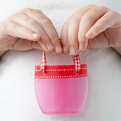 DIY with your kids. Turn plastic bottles into bags for dolls. Tutorial in Swedish.
