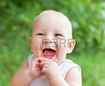 sourire: Portrait de sourire joyeux petit garçon sur fond naturel en été  Banque d