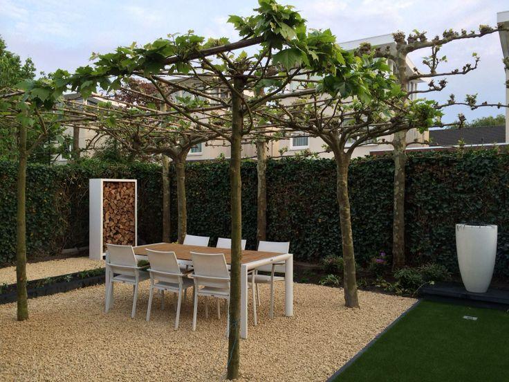 Strakke tuin met kunstgras / oker gele split en houtopslag ...
