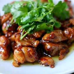 Honey Soy Chicken Stirfry  1 1/2 lbs chicken thighs, cut into 1 inch pieces   1/4 cup honey   3 tablespoons soy sauce   2 tablespoons shao xing wine or sake   2 tablespoons finely diced or grated ginger   1/2 teaspoon sesame oil   1 pinch of black pepper     For cooking   2 tablespoons vegetable oil   1 tablespoon oyster sauce